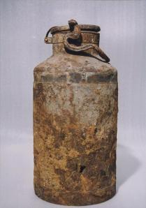 Un des bidons de lait utilisés pour cacher les documents d'archive du groupe Oyneg Shabbos