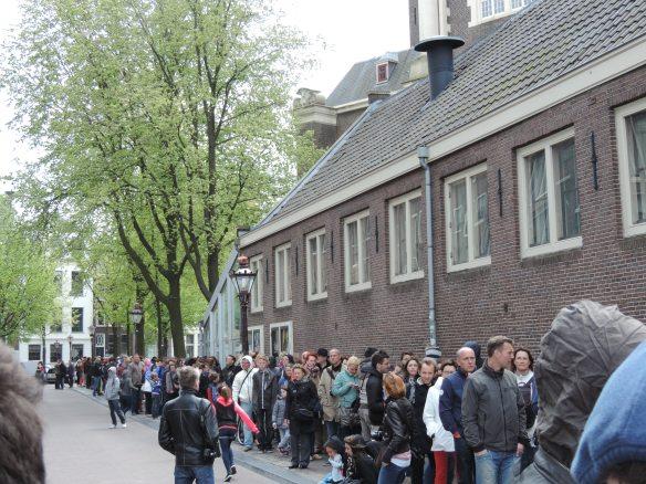 foule devant la maison d'Anne Frank