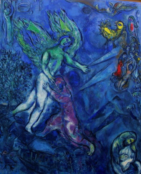 Chagall représente le combat de Jacob avec l'ange dans une nuit noire sur la terre. On y voit en bas de la toile son petit shtetl d'enfance de Marc Chagall Vitebsk, en Biélorussie qui revient comme un leit motiv dans son œuvre. Le tableau s'éclaircit vers le ciel où le coq brille comme un soleil. La Parasha dit qu'à l'issue du combat avec l'ange « le soleil brilla pour lui » – vayizra'h lo hashemesh.
