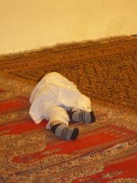 Un enfant endormi dans la mosquée (coté musulman du tombeau)