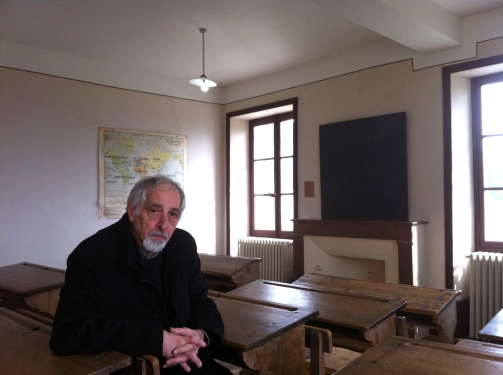 Samuel Pintel dans sa classe à Izieu